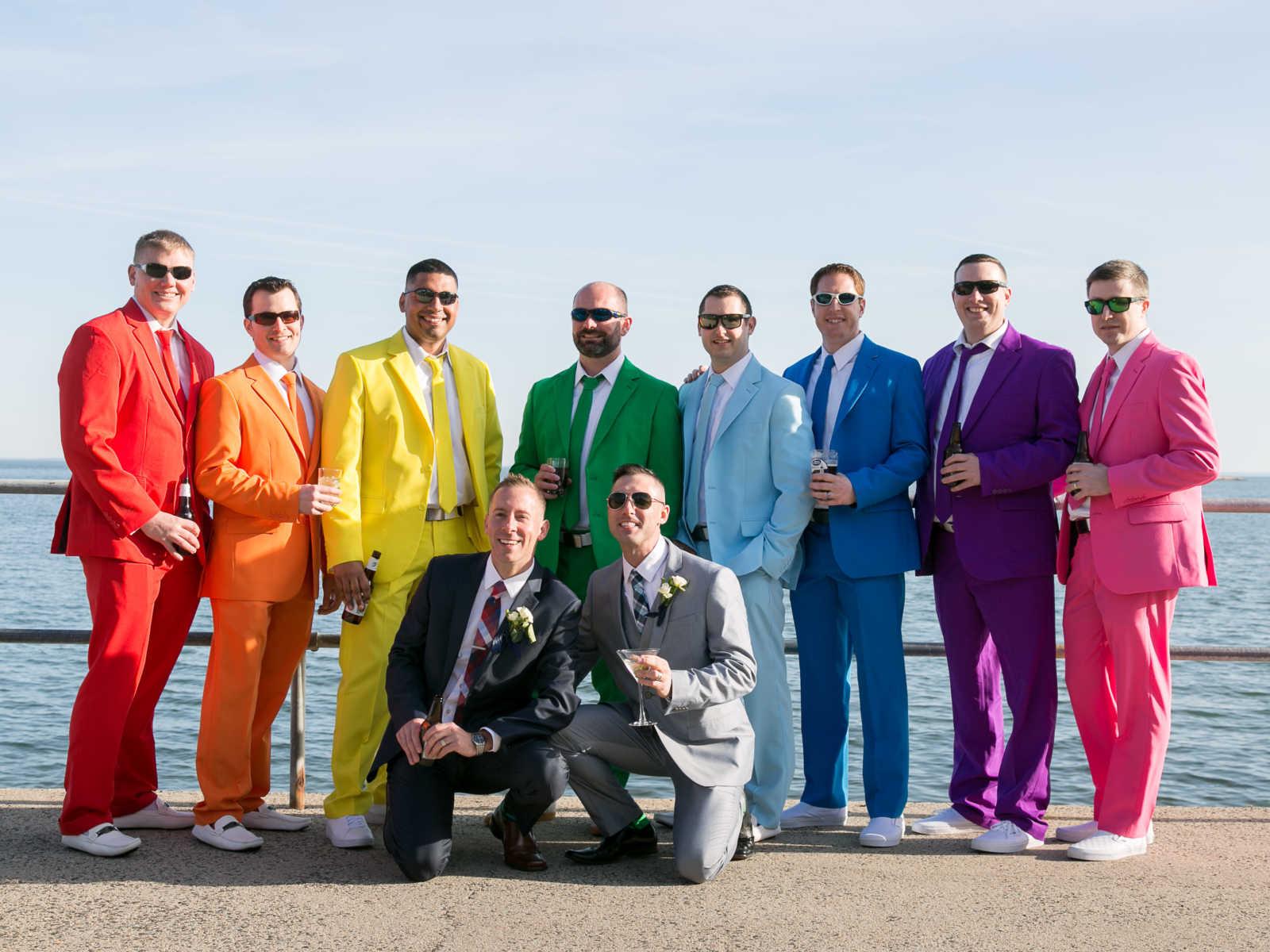 Usando ternos com cores do arco-íris padrinhos fazem surpresa no casamento de amigo 9