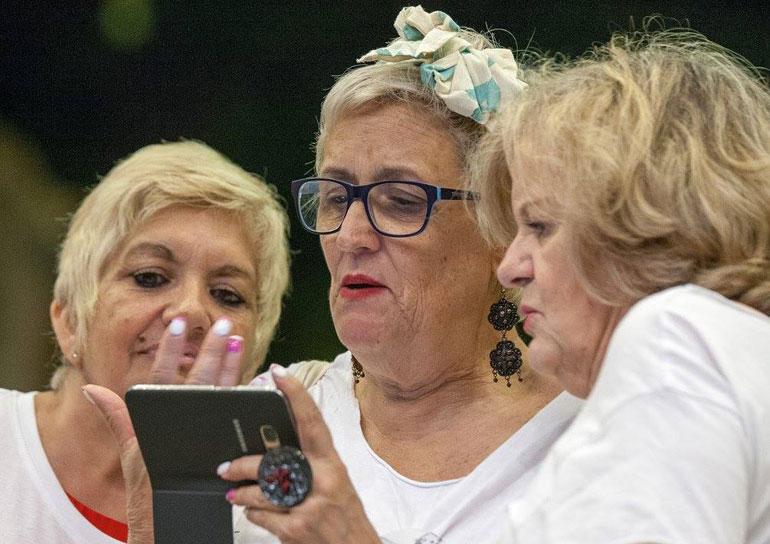 Empresa em Lisboa chama idosas acima de 65 anos para produzir objetos de design 9