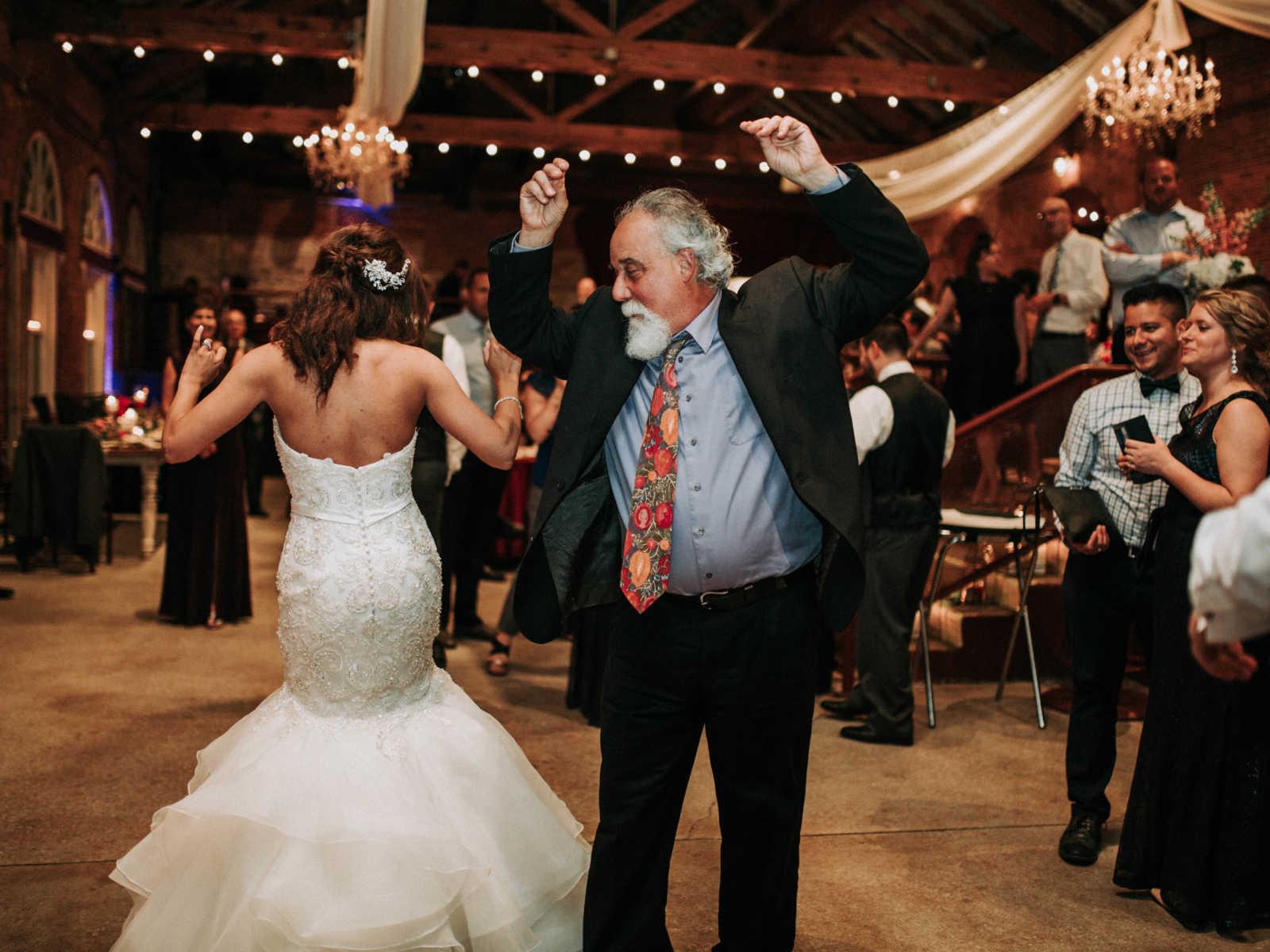 Noiva se emociona ao ser conduzida por pai e ter a cerimônia realizada por padrasto 10