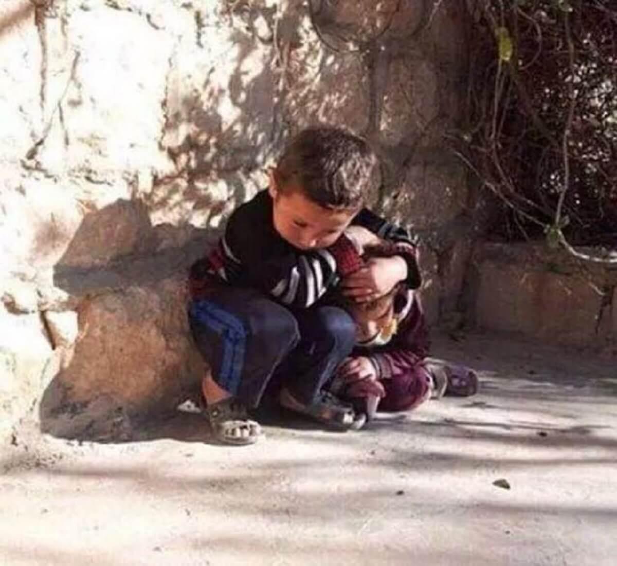 Em meio ao terror garotinho sírio protege a irmã de bombardeio em gesto de amor 2