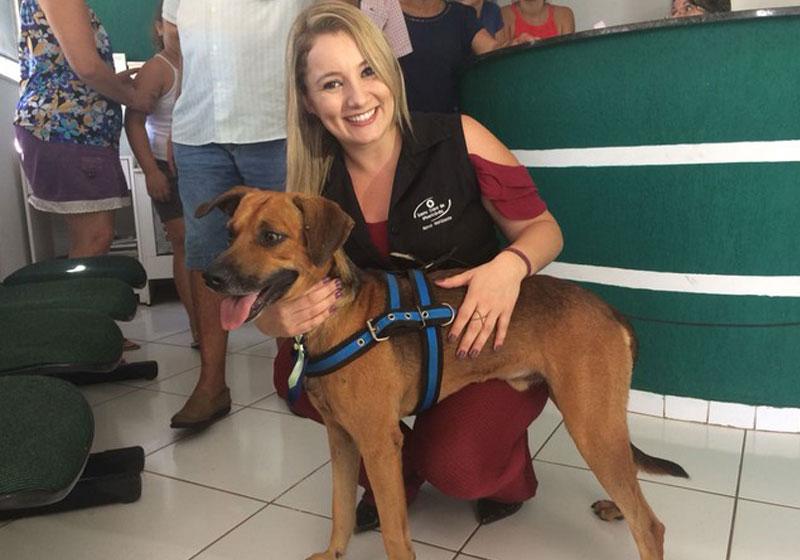 Funcionária de hospital adota cão que passou 4 meses na porta esperando pelo dono 2