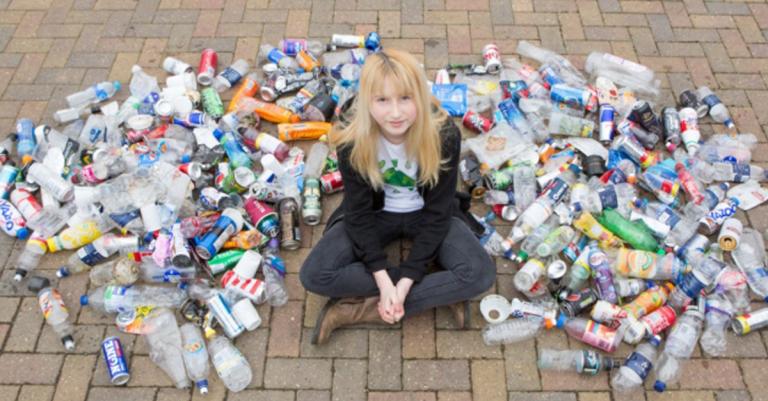Jovem recolhe todo lixo que encontra no caminho de sua casa até a escola 1