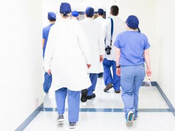 Centenas de médicos no Canadá protestam contra aumento do próprio salário 3