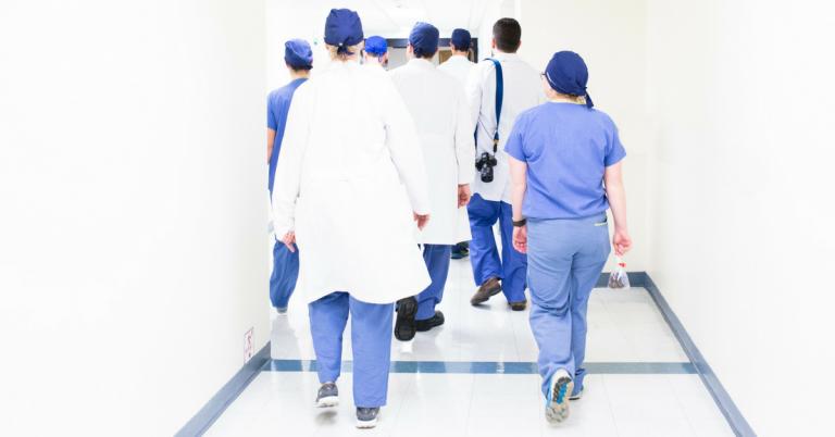 Centenas de médicos no Canadá protestam contra aumento do próprio salário 1