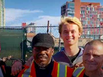 Pessoas em situação de rua estão conseguindo emprego graças a jovem de 16 anos 1