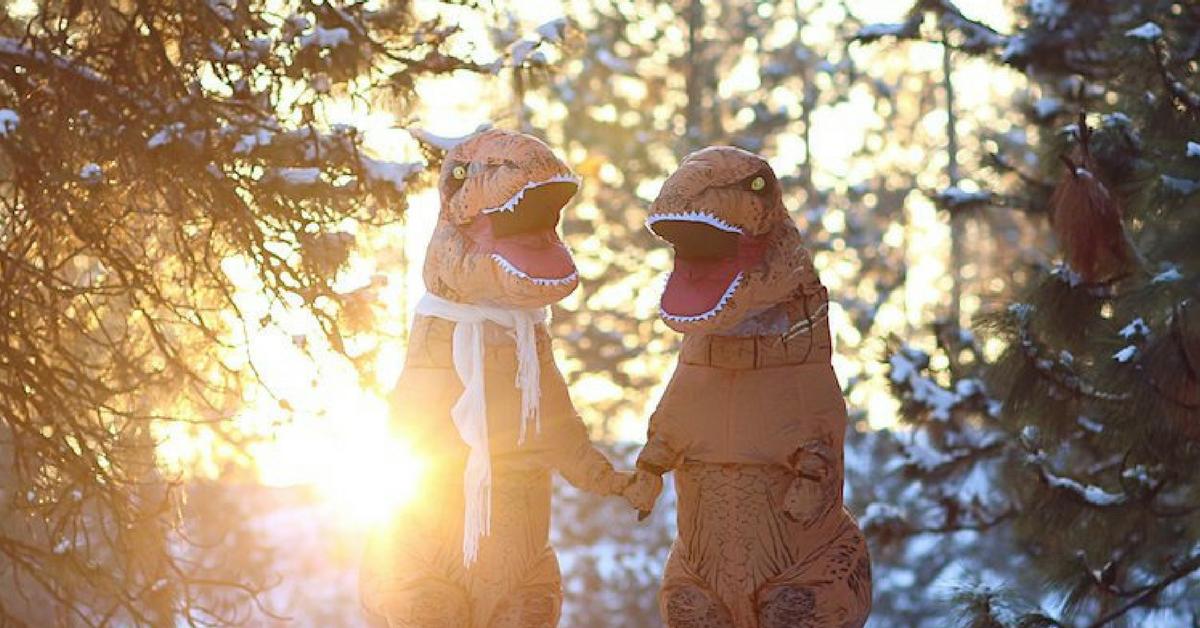 Casal se fantasia de dinossauros para mostrar que o amor não está em extinção 16
