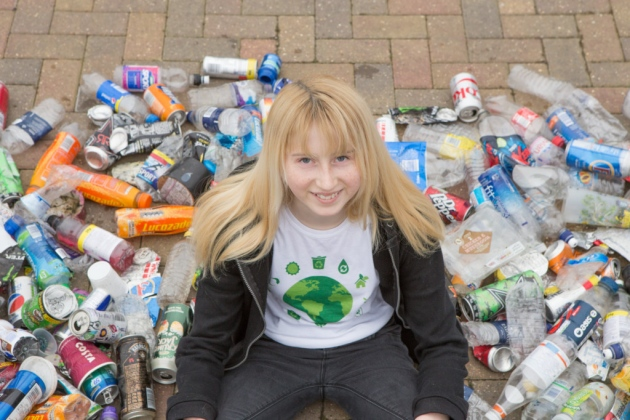 Jovem recolhe todo lixo que encontra no caminho de sua casa até a escola 2