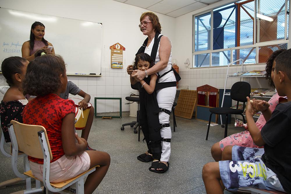 Em Aracaju, professora cria roupa especial que ajuda na inclusão de aluno com paralisia cerebral 3