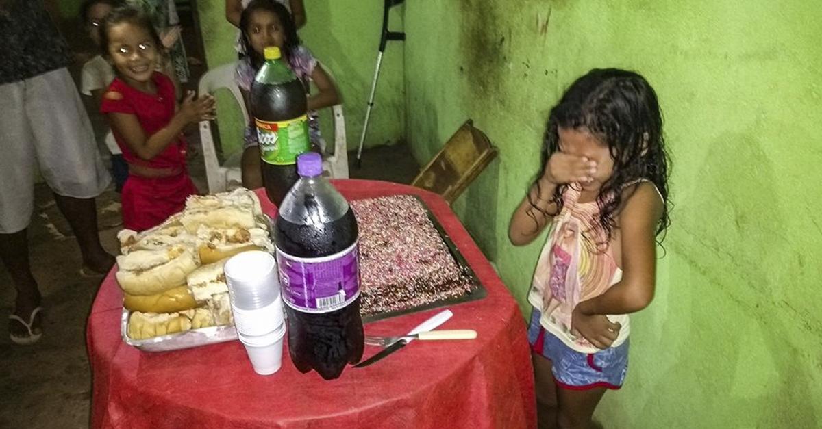 Menina de 7 anos chora ao ganhar bolo de aniversário no Amapá 4