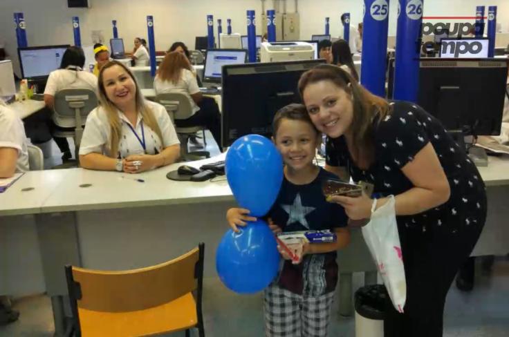 Em SP, funcionários do Poupatempo surpreendem garoto com bolo e parabéns 4