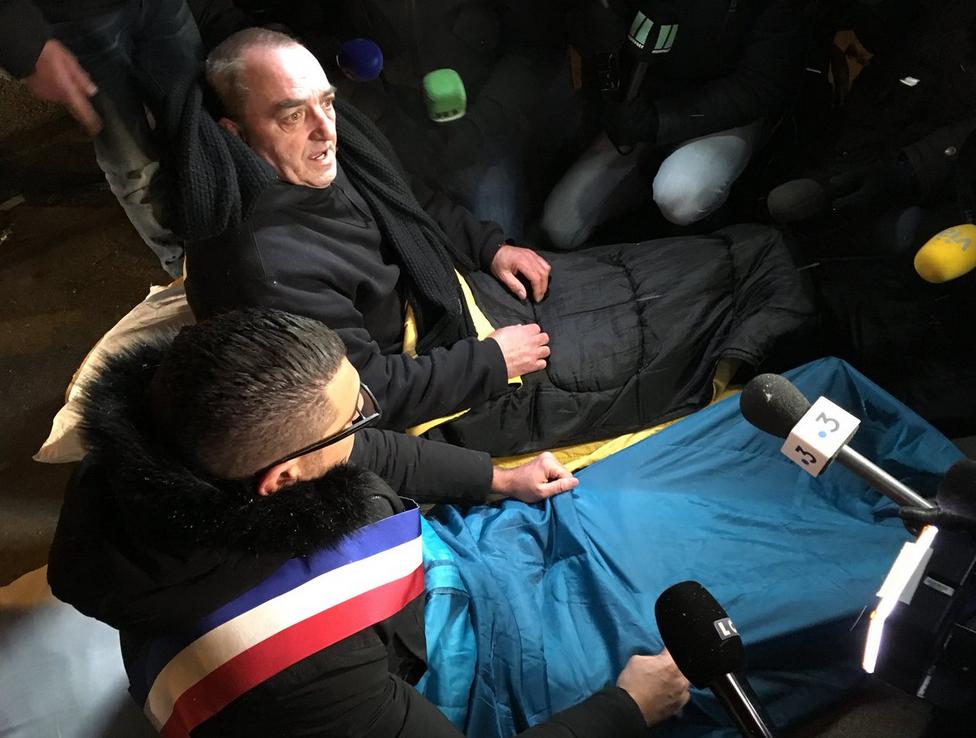 Políticos na França irão dormir na rua em apoio a sem-tetos que enfrentam onda de frio 1