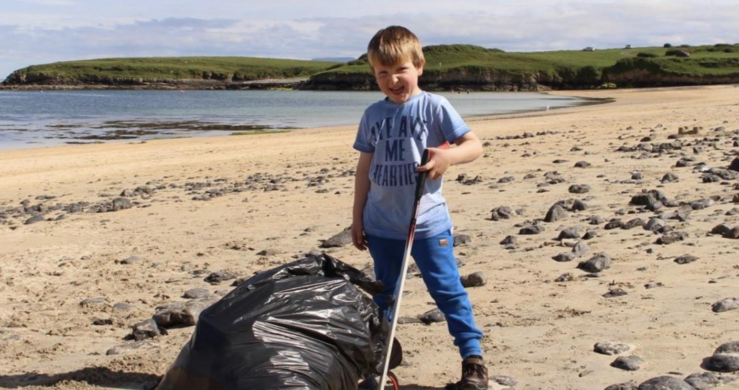 Na Irlanda, garoto de 5 anos passa os finais de semana limpando o lixo da praia 4