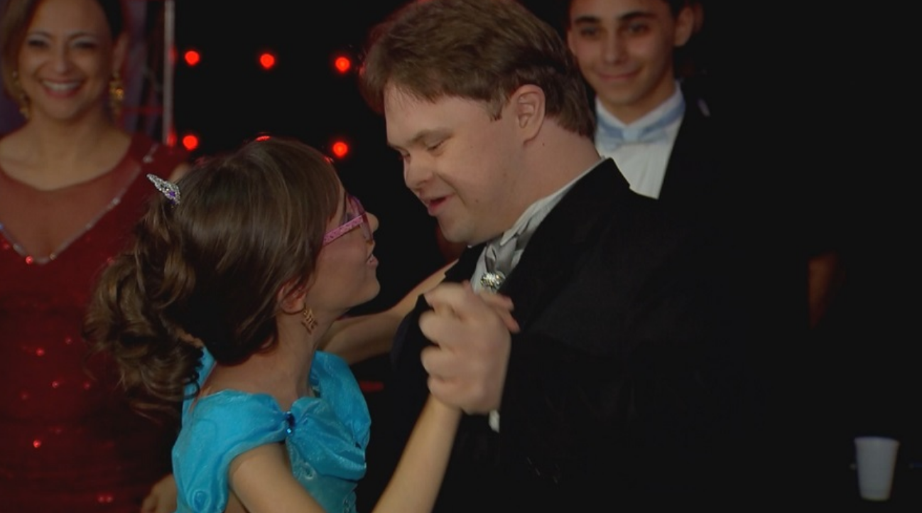 Garota com hidrocefalia realiza o sonho da festa de debutante e dança com seu melhor amigo com Down 3