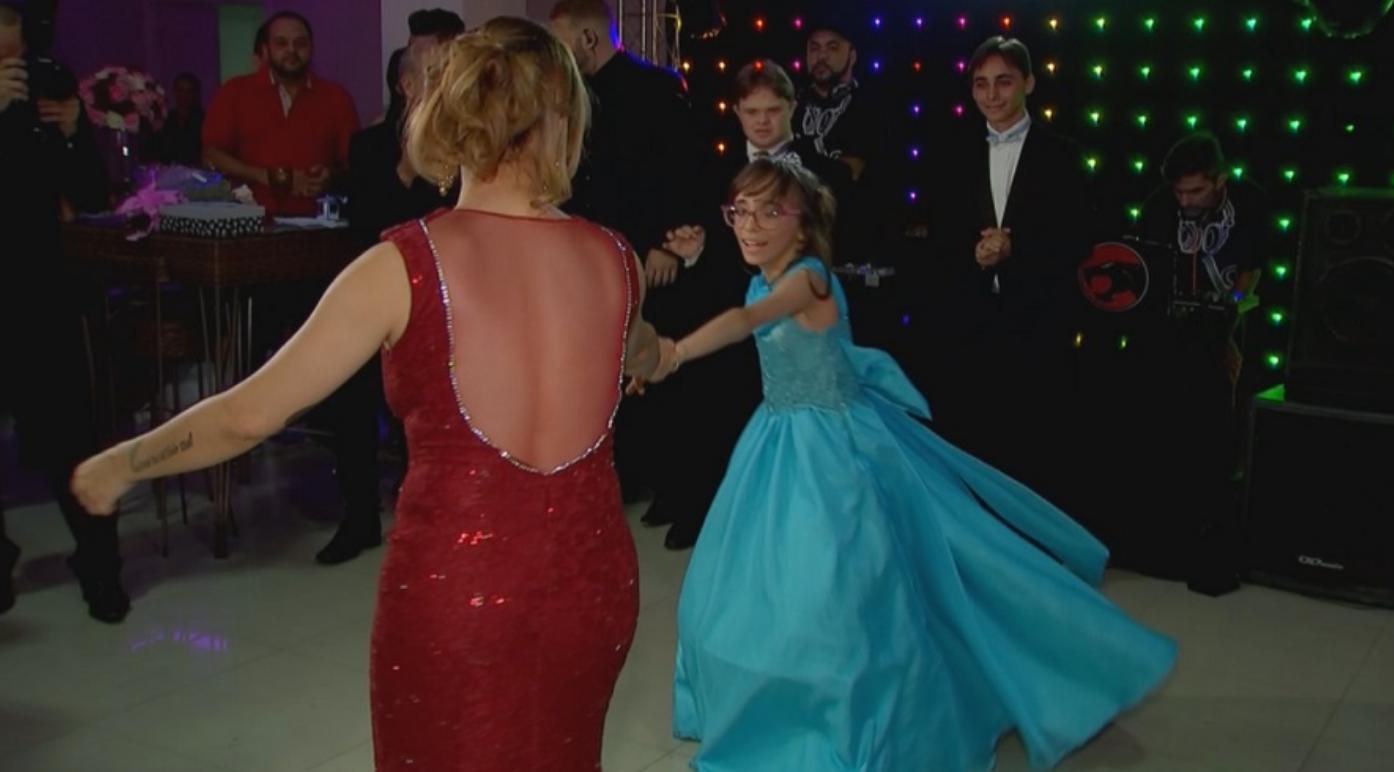 Garota com hidrocefalia realiza o sonho da festa de debutante e dança com seu melhor amigo com Down 4