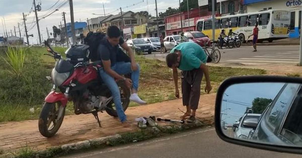 Jovem de moto tira próprio tênis e dá para malabarista em semáforo no Acre 1