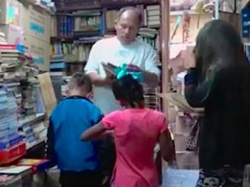 Homem faz biblioteca gratuita em própria casa com mais de 20 mil livros encontrados no lixo 6