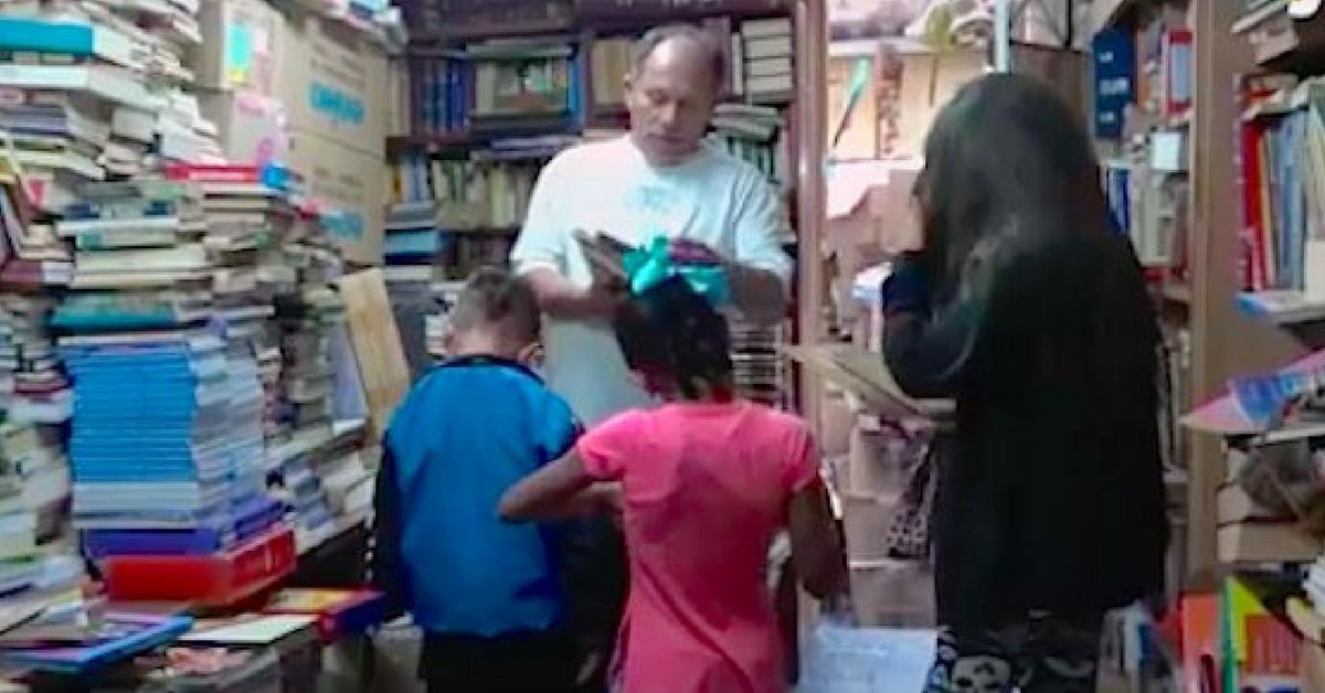 Homem faz biblioteca gratuita em própria casa com mais de 20 mil livros encontrados no lixo 1