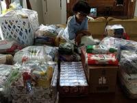 Garoto adotado faz aniversário e pede alimentos para crianças