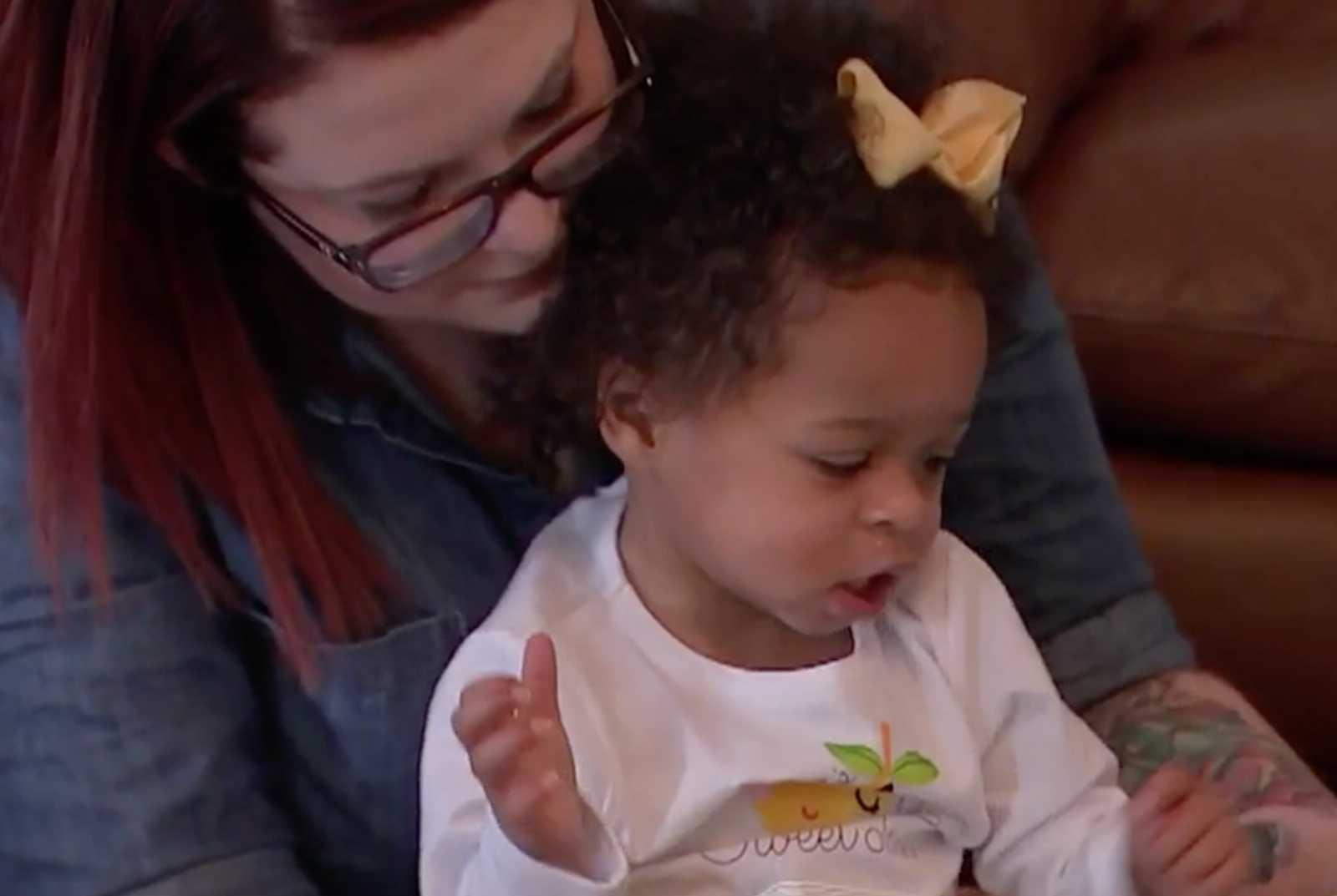 Enfermeira salva vida de bebê que sofreu maus tratos, descobre que ela tem irmã gêmea e adota as duas 1