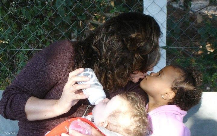 """Mãe adotiva tem ideia maravilhosa para trabalho de escola da filha que pediram """"foto da barriga"""" 3"""