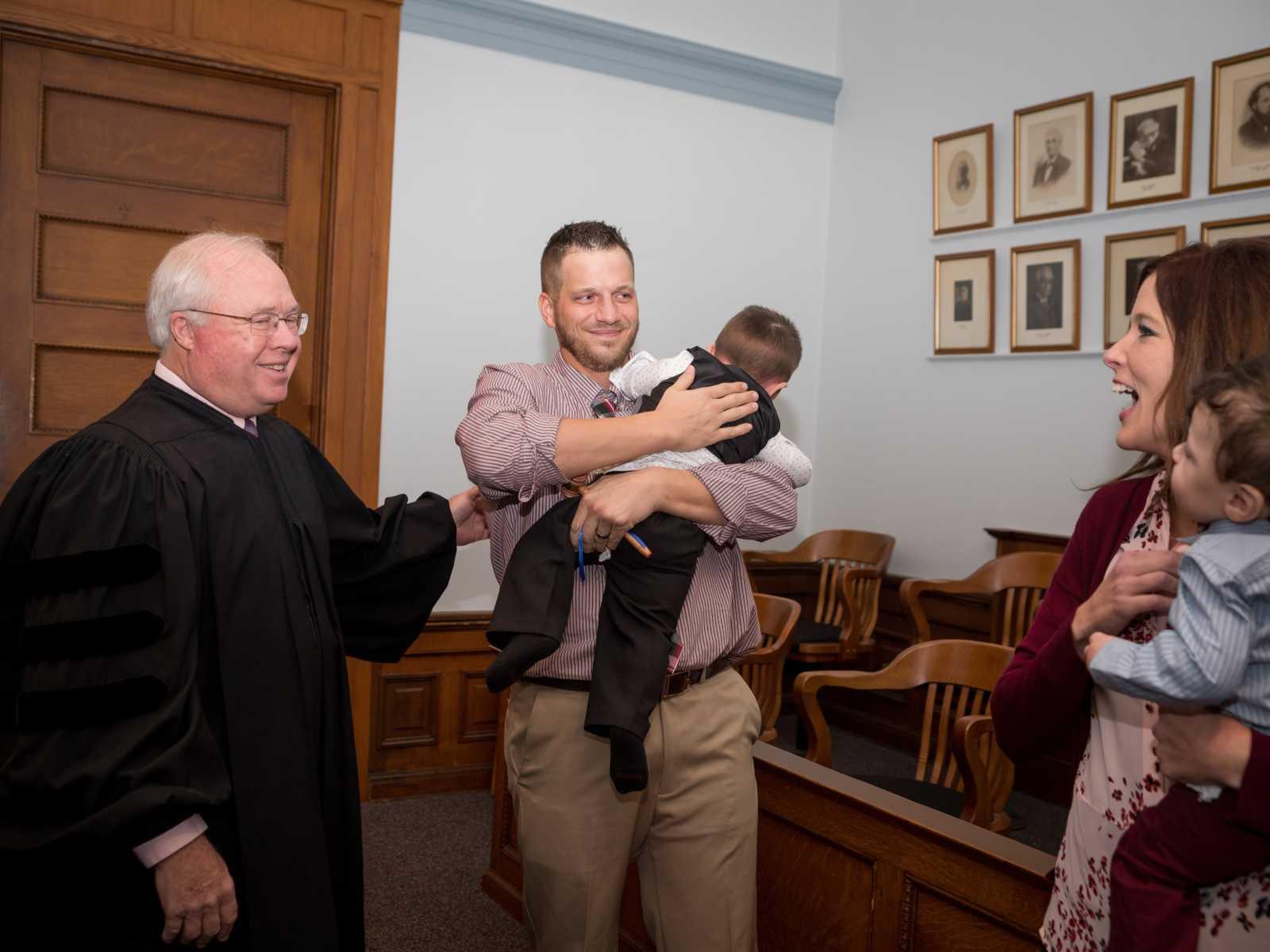 """Bebê de 2 anos grita """"papai"""" após fim do processo de adoção 9"""