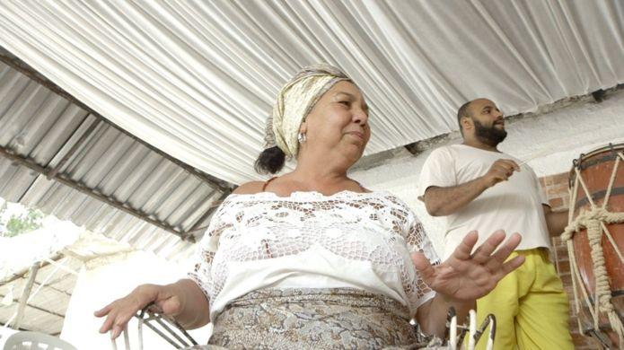Evangélicos ajudam a reconstruir terreiro queimado no Rio 2