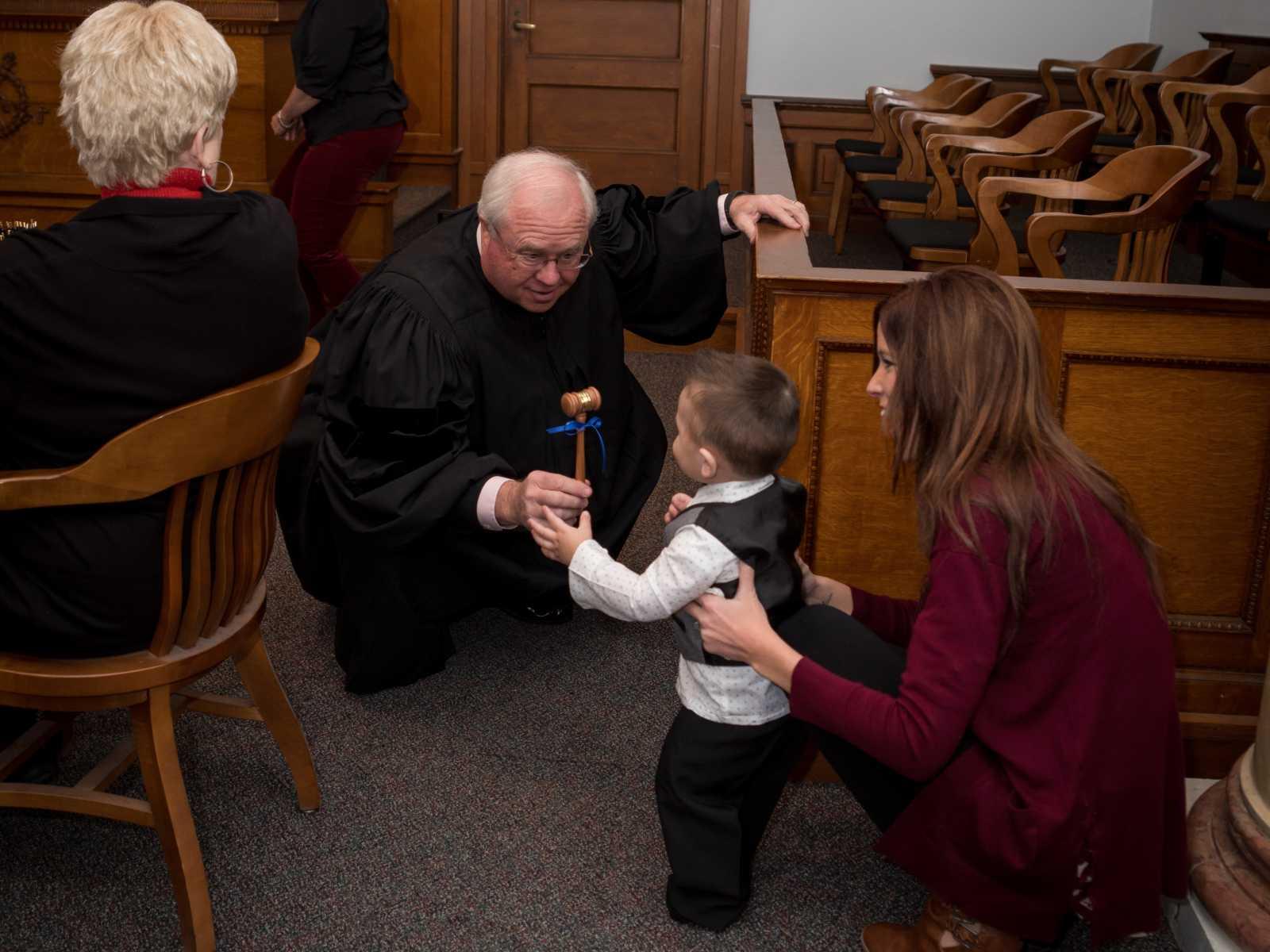 """Bebê de 2 anos grita """"papai"""" após fim do processo de adoção 10"""
