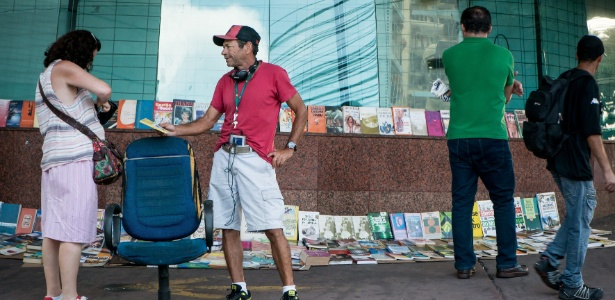 Homem em situação de rua ganha a vida vendendo livros que encontra no lixo 3
