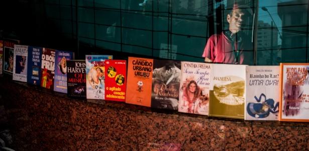 Homem em situação de rua ganha a vida vendendo livros que encontra no lixo 4