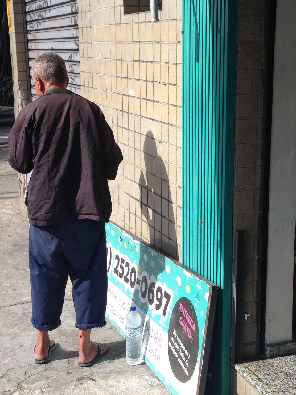 Empresária tem sempre um pedaço de bolo para moradores de rua que passam em sua loja 2