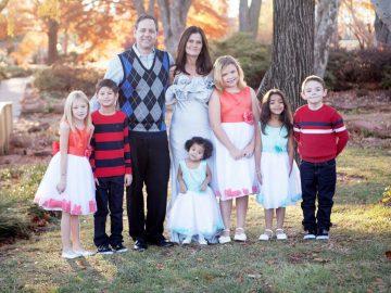 Sempre cabe mais um: família já adotou 5 e hospedou outras 22 crianças que esperavam por adoção 1
