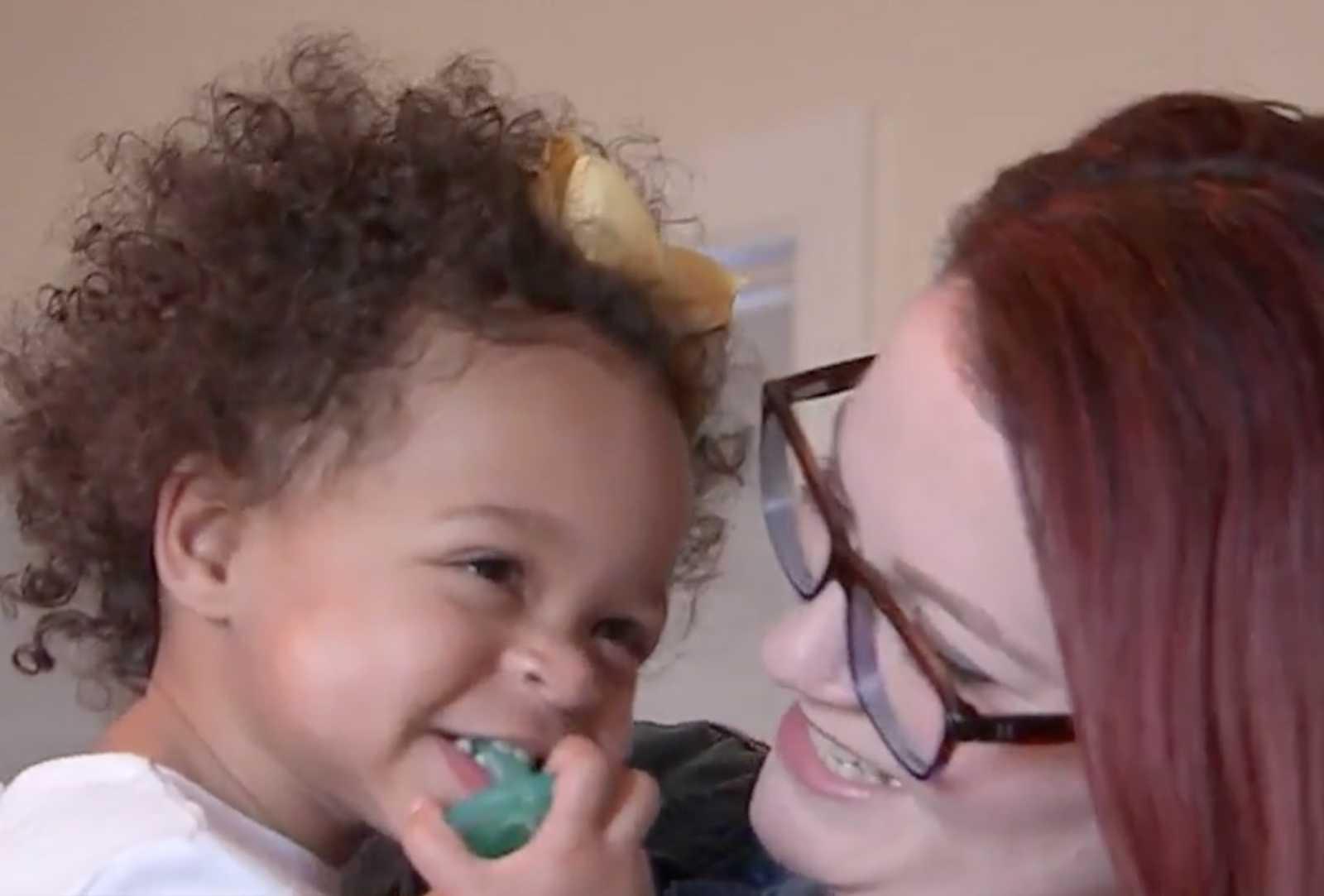 Enfermeira salva vida de bebê que sofreu maus tratos, descobre que ela tem irmã gêmea e adota as duas 3