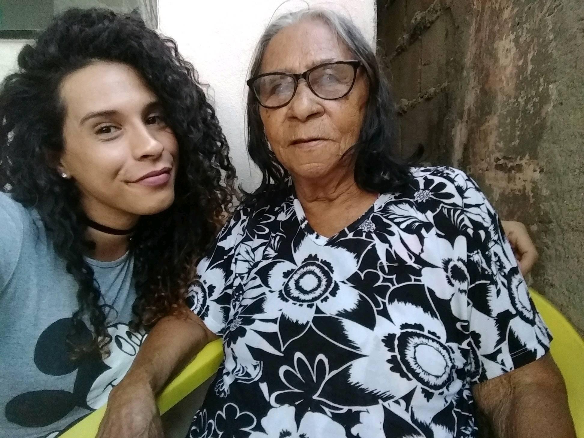 mulher trans Karen Maria Reis com a avó
