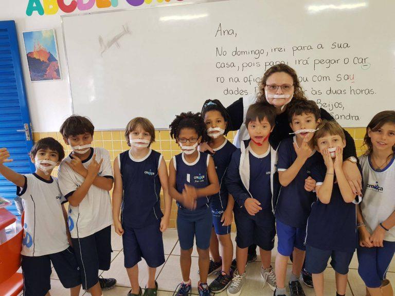 Crianças pedem para usar adesivo no rosto para ficarem iguais a colega com síndrome de Down que faz tratamento 1