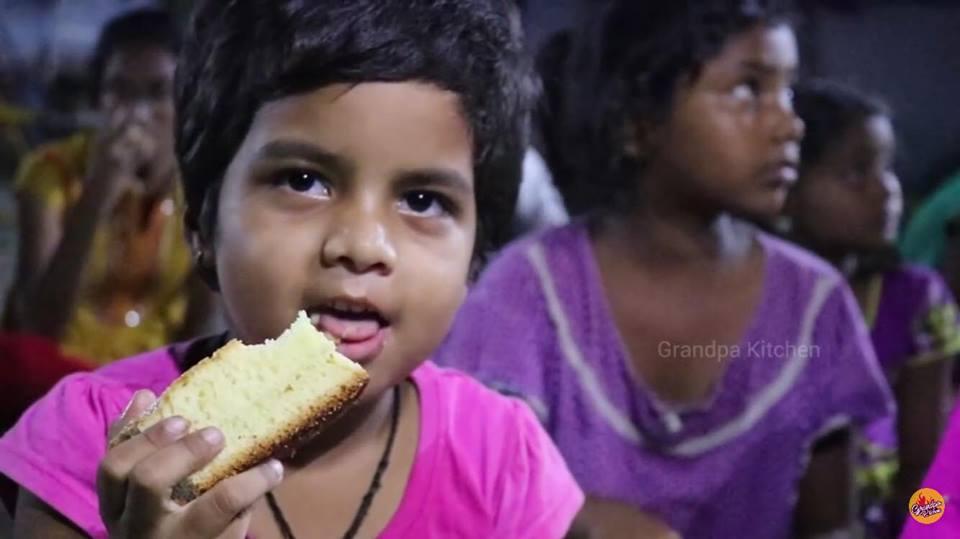 Vovô cozinha porções gigantes para crianças órfãs na Índia 3