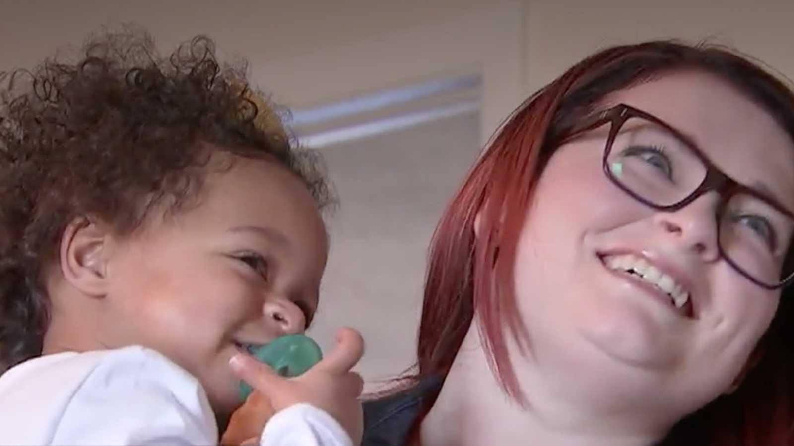 Enfermeira salva vida de bebê que sofreu maus tratos, descobre que ela tem irmã gêmea e adota as duas 2