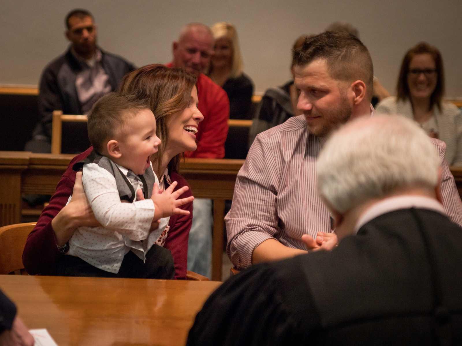 """Bebê de 2 anos grita """"papai"""" após fim do processo de adoção 7"""