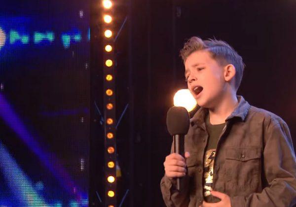 Menino autista emociona jurados ao cantar música de Jackson 5 em show de talentos 3