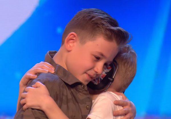 Menino autista emociona jurados ao cantar música de Jackson 5 em show de talentos 4