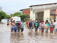 Túlio Alves Prefeito ajuda a retirar móveis