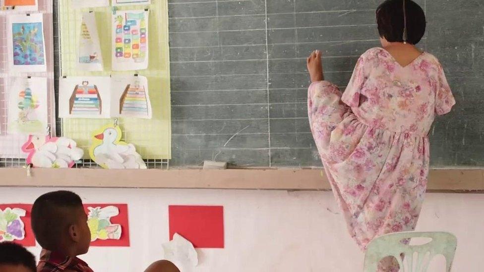 Tailandesa proibida de estudar por não ter braços hoje é professora e advogada 1