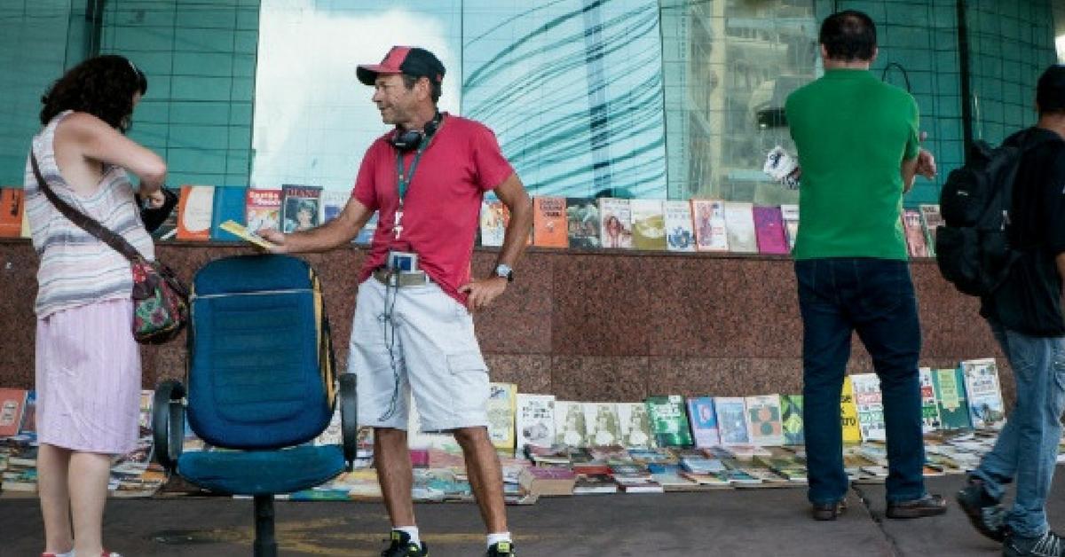 Homem em situação de rua ganha a vida vendendo livros que encontra no lixo 5
