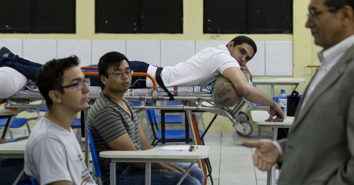 Mesmo paraplégico e com bala alojada, aluno de medicina assiste aula na maca em Piauí 1