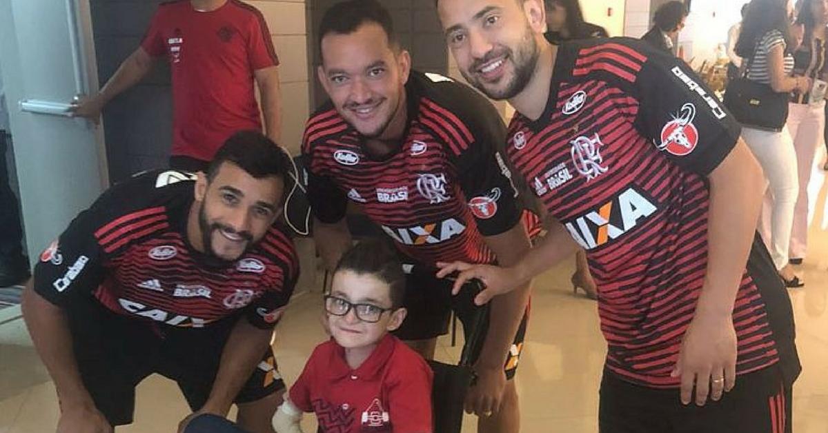 """""""Menino borboleta"""" realiza sonho de conhecer jogadores do Flamengo 1"""