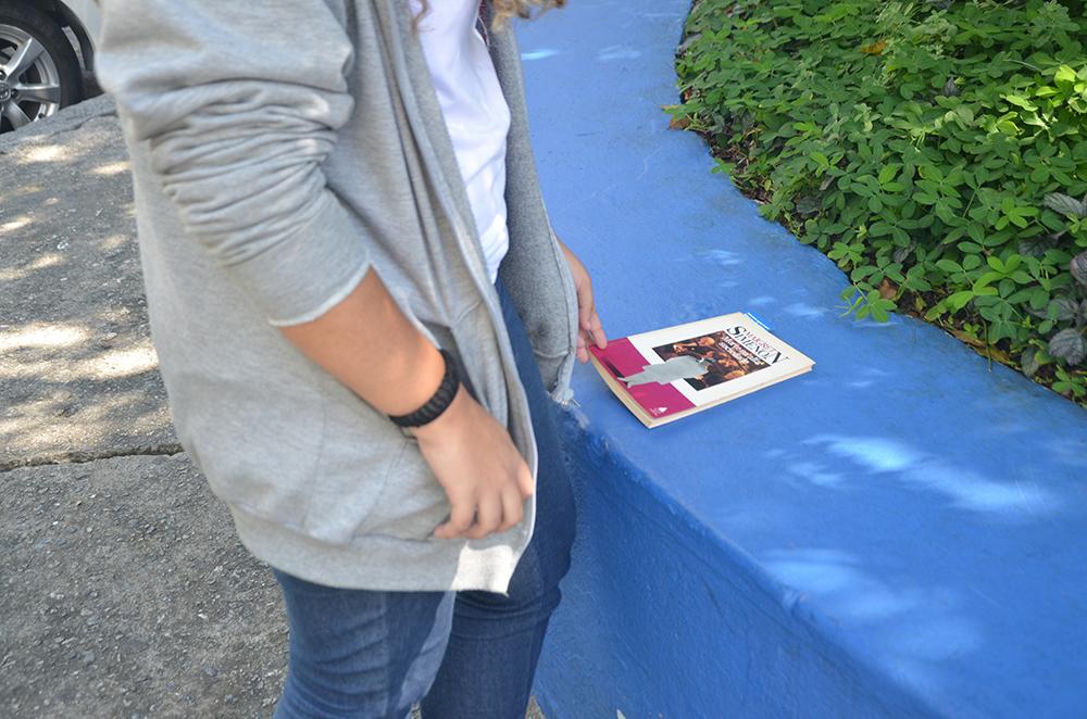 """Estudantes """"esquecem"""" livros pela cidade e incentivam a leitura no Rio 4"""