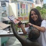 """Estudantes """"esquecem"""" livros pela cidade e incentivam a leitura no Rio 2"""