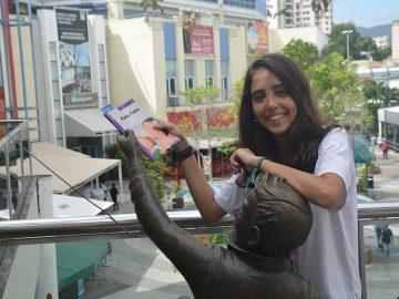 """Estudantes """"esquecem"""" livros pela cidade e incentivam a leitura no Rio 10"""
