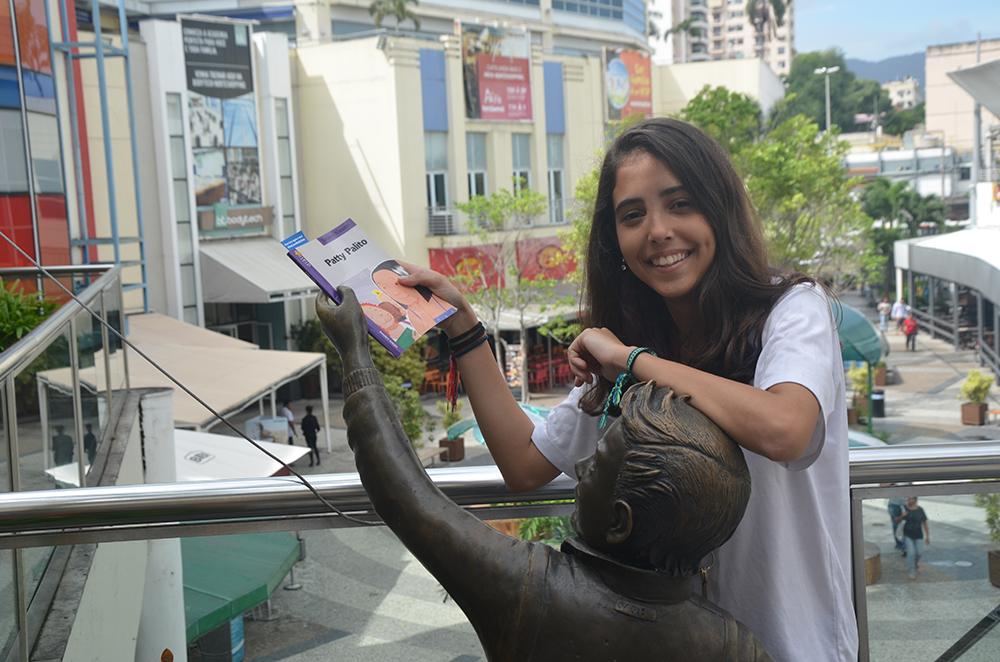 """Estudantes """"esquecem"""" livros pela cidade e incentivam a leitura no Rio 1"""