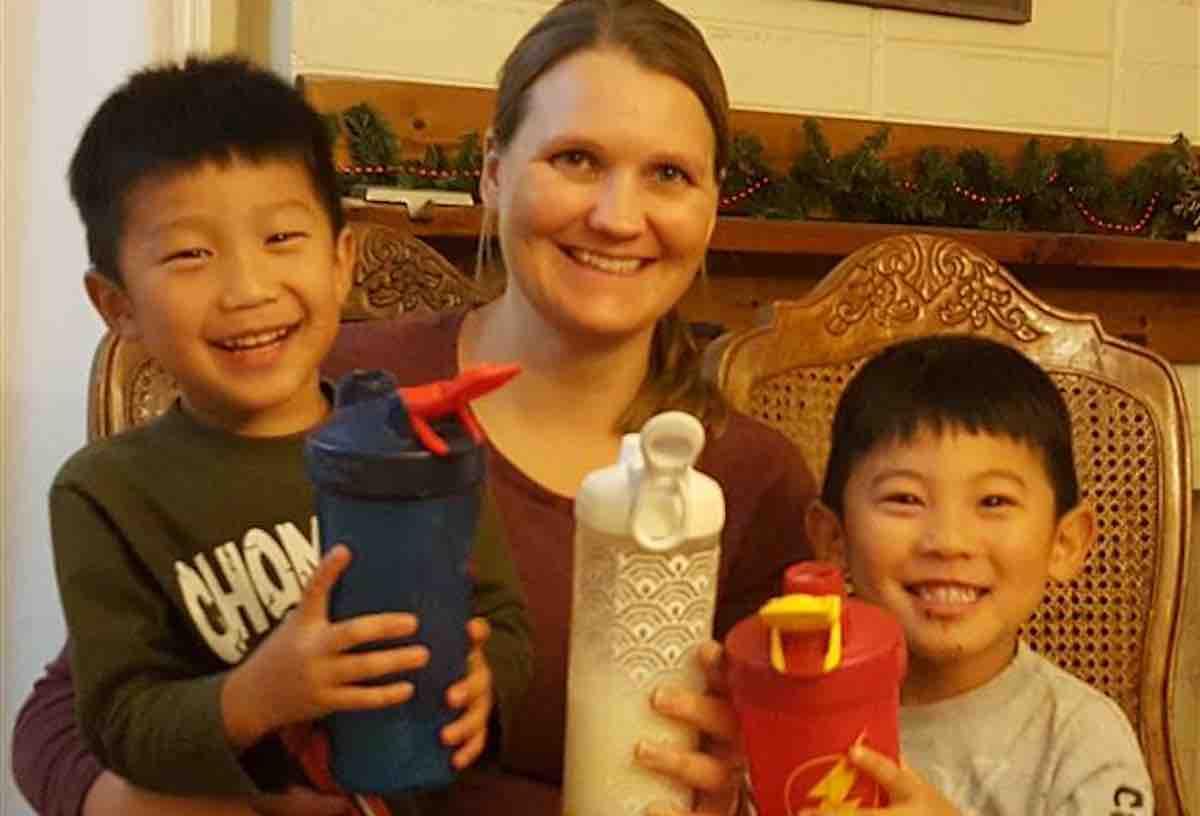 Mulher viaja o mundo para adotar 4 órfãos com o mesmo distúrbio genético que ela 1