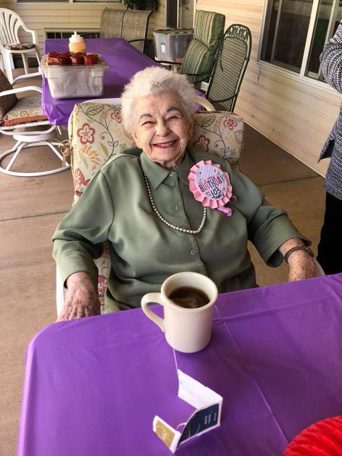 Idosa completa 103 anos e pede pra adotar gatinho de aniversário 2